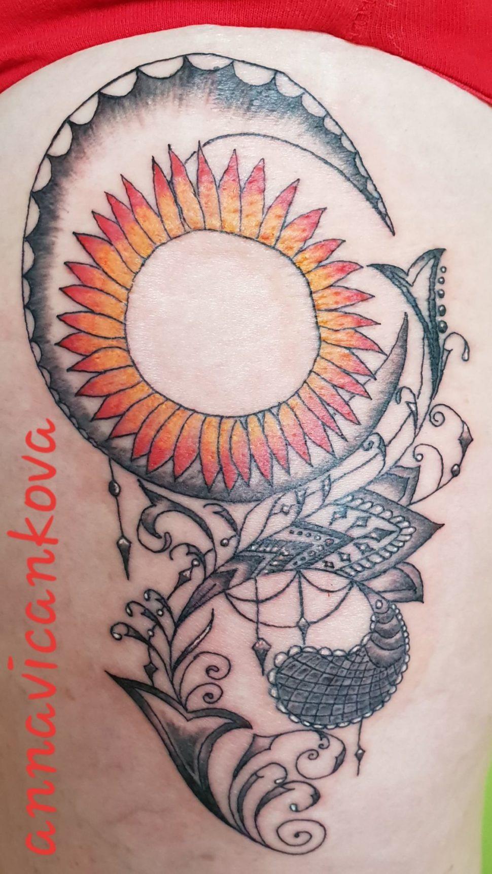 osobní tetování na stehně